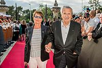 &quot;Il bel mondo&quot; de Belmondo au chateau de la Buzine, qui a appartenu a Marcel Pagnol&nbsp;<br />  <br /> A partir du 30&nbsp;juin, Marseille fete Jean-Paul Belmondo avec l&rsquo;exposition au chateau de la Buzine IUne invitation a decouvrir des photos issues de la collection personnelle de l&rsquo;acteur ainsi que des pieces liees aux roles qu&rsquo;il a tenus. JP Belmondo etait present pour le vernissage et le diner de gala organise en pr&eacute;sence de quelque uns de ses amis tels que Charles Aznavour, Charles Gerard, Robert Hossein, Candice Patou, Michele Mercier, Louis Acaries ou encore Antoine Dulery, Moussa Maaskri...La soiree etait animee par Valerie&nbsp;Fedele, directrice du lieu.