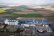 Nederland, Noord-Brabant, Dinteloord, 04-03-2008; SuikerUnie suikerfabriek in Stampersgat aan het water van de Dintel; gelegen in het weidse Brabantse akkerbouwgebied, leverancier van de bieten; silo, silo's, bieten, suiker, zoetstof, suikerbiet, biet.silo, silo's, bieten, suiker, zoetstof, suikerbiet, biet. .luchtfoto (toeslag); aerial photo (additional fee required); .foto Siebe Swart / photo Siebe Swart
