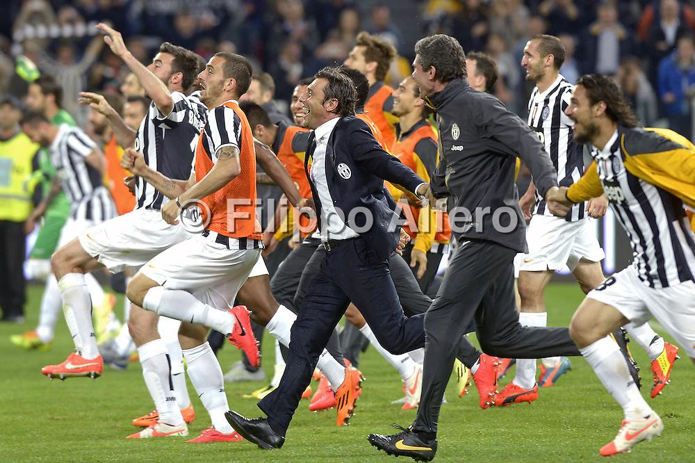 &copy; Filippo Alfero<br /> Juventus-Atalanta, Serie A 2013/2014<br /> Torino, 05/05/2014<br /> sport calcio<br /> Nella foto: Antonio Conte e i giocatori della Juve festeggiano la conquista dello scudetto correndo sotta la curva dei tifosi juventini