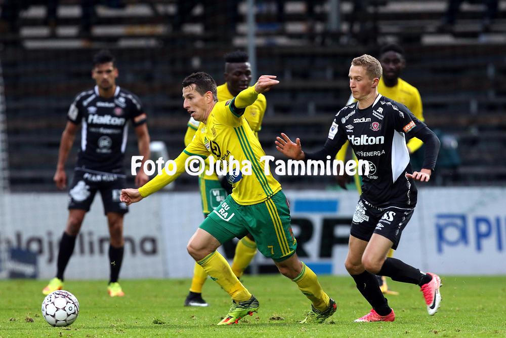 30.9.2017, Tammelan jalkapallostadion, Tampere<br /> Veikkausliiga 2017.<br /> Ilves - FC Lahti.<br /> Marco Matrone (Ilves) v Santeri Hostikka (FC Lahti).