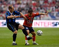 Photo: Daniel Hambury.<br />FC Porto v Inter Milan. Amsterdam Tournament. <br />05/08/2006.<br />Inter's Esteban Cambiasso keeps a tight hold on Diogo Valente.