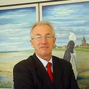 NLD/Huizen/20060112 - CDA wethouder Jaap Kos neemt afscheid van de Huizer gemeenteraad, schilderij, gemeenteraadslid, NOB, NOS,