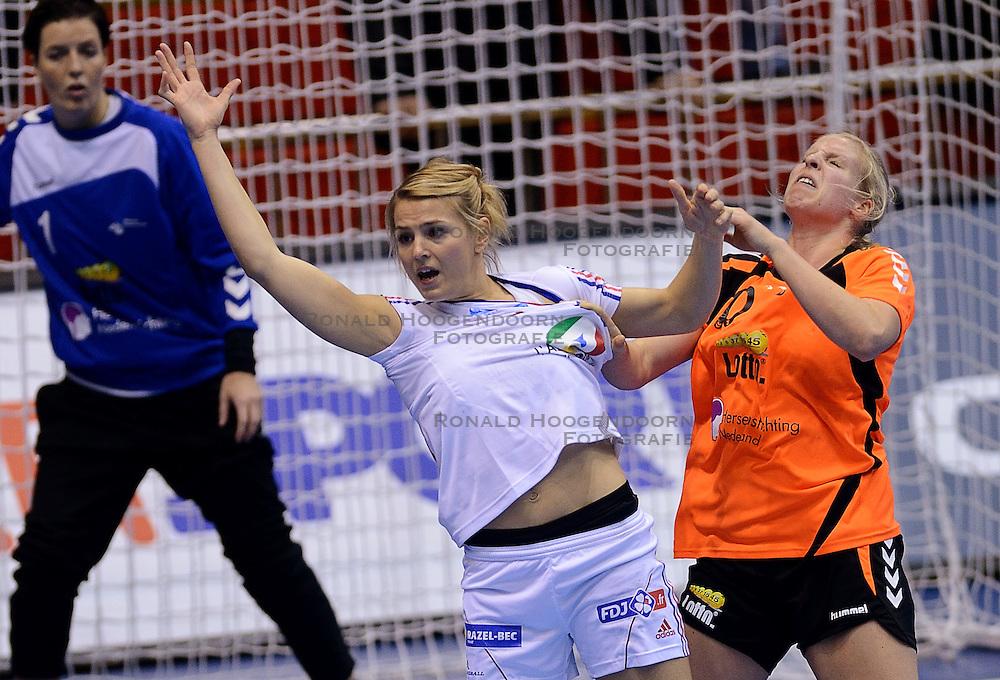 10-12-2013 HANDBAL: WERELD KAMPIOENSCHAP NEDERLAND - FRANKRIJK: BELGRADO <br /> 21st Women s Handball World Championship Belgrade, Nederland verliest met 23-19 van Frankrijk / Julie Goiorani, Danick Snelder<br /> ©2013-WWW.FOTOHOOGENDOORN.NL