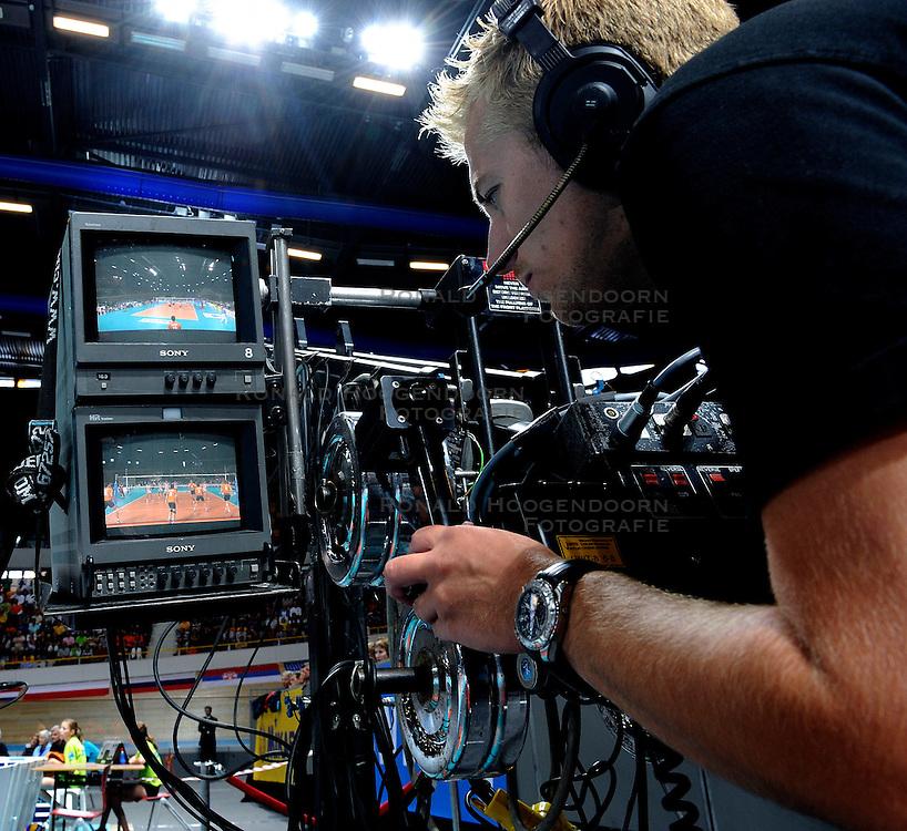 21-06-2009 VOLLEYBAL: WORLD LEAGUE NEDERLAND - CHINA: APELDOORN<br /> Nederland wint opnieuw met 3-0 van China / Media Camera pers film tv<br /> &copy;2009-WWW.FOTOHOOGENDOORN.NL