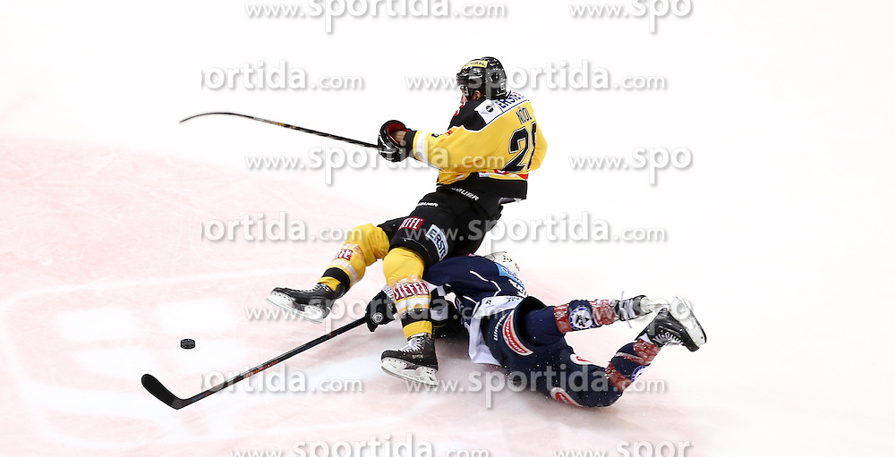 28.12.2015, Albert Schultz Halle, Wien, AUT, EBEL, UPC Vienna Capitals vs EC VSV, 36. Runde, im Bild Andreas Noedl (Vienna Capitals) und Nico Brunner (EC VSV) // during the Erste Bank Icehockey League 36th round match between UPC Vienna Capitals and EC VSV at the Albert Schultz Halle in Vienna, Austria on 2015/12/28. EXPA Pictures © 2015, PhotoCredit: EXPA/ Alexander Forst