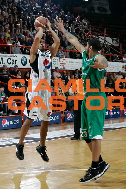 DESCRIZIONE : Caserta Lega A 2009-10 Pepsi Caserta Benetton Treviso<br /> GIOCATORE : Philip Martin<br /> SQUADRA : Pepsi Caserta<br /> EVENTO : Campionato Lega A 2009-2010 <br /> GARA : Pepsi Caserta Benetton Treviso<br /> DATA : 11/04/2010<br /> CATEGORIA : tiro three points<br /> SPORT : Pallacanestro <br /> AUTORE : Agenzia Ciamillo-Castoria/A.De Lise<br /> Galleria : Lega Basket A 2009-2010 <br /> Fotonotizia : Caserta Campionato Italiano Lega A 2009-2010 Pepsi Caserta Benetton Treviso<br /> Predefinita :