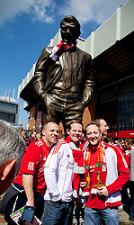 27.04.2014, Anfield, Liverpool, ENG, Premier League, FC Liverpool vs FC Chelsea, 36. Runde, im Bild Liverpool supporters pose for photographs with a statue of comer Everton and Manchester United manager David Moyes // during the English Premier League 36th round match between Liverpool FC and Chelsea FC at Anfield in Liverpool, Great Britain on 2014/04/27. EXPA Pictures © 2014, PhotoCredit: EXPA/ Propagandaphoto/ David Rawcliffe<br /> <br /> *****ATTENTION - OUT of ENG, GBR*****