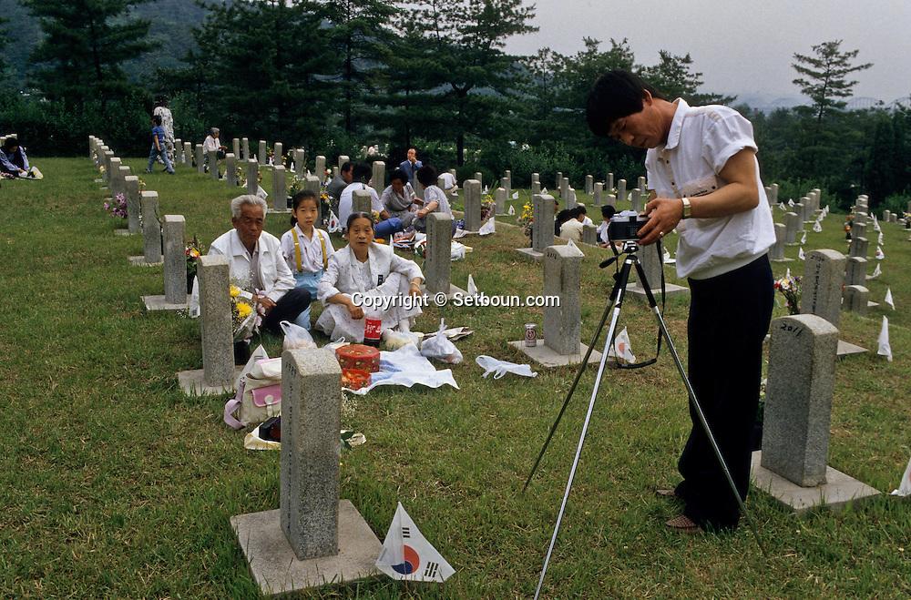 Chusok; memorial day at the national cemetery  Seoul  Korea   Chusok  cimetiere national pour le 6 juin  Seoul  Coree  ///    L0006962  /  R00030  /  P107203