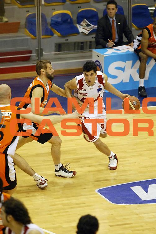 DESCRIZIONE : Milano Lega A1 2005-06 Armani Jeans Olimpia Milano Snaidero Udine<br /> GIOCATORE : Vukcevic<br /> SQUADRA : Armani Jeans Olimpia Milano<br /> EVENTO : Campionato Lega A1 2005-2006 <br /> GARA : Armani Jeans Olimpia Milano Snaidero Udine <br /> DATA : 28/12/2005 <br /> CATEGORIA : Palleggio<br /> SPORT : Pallacanestro <br /> AUTORE : Agenzia Ciamillo-Castoria/G.Cottini <br /> Galleria : Lega Basket A1 2005-2006<br /> Fotonotizia : Milano Campionato Italiano Lega A1 2005-2006 Armani Jeans Olimpia Milano Snaidero Udine<br /> Predefinita :