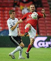 Fotball<br /> Danmark v Tyskland<br /> 11.08.2010<br /> Foto: Witters/Digitalsport<br /> NORWAY ONLY<br /> <br /> v.l. Toni Kroos, Dennis Rommedahl Daenemark<br /> Fussball Testspiel, Daenemark - Deutschland