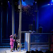 Nederland Barendrecht 16 juni 2007 20070616 . Koningin Beatrix opent zaterdag bij NS-station Barendrecht de Betuweroute. Met het omhalen van een hendel in de feesttent geeft zij het startsein voor de eerste goederentrein. Minister Camiel Eurlings feliciteert koninging Beatrix met de ingebruikname van de betuwelijn. ..Foto David Rozing/