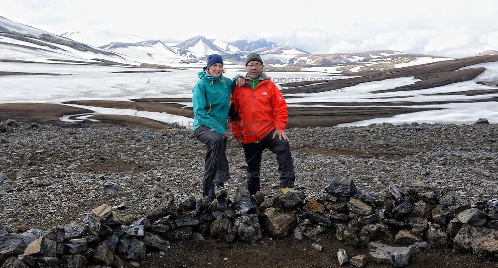 06-07-2014 NED: Iceland Diabetes Challenge dag 2, Landmannalaugar <br /> Trek van Landmannalaugar naar Hrafntinnusker. Een prachtige trekking door de hooggebergte van Landmannalaugar met veel kleuren, sneeuw, gletsjers en zwarte landschappen / Debbie, Abderrahman