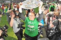 18.03.2011, Arena, Wolfsburg, GER, Felix Magath zurueck als Trainer zum VFL Wolfsburg, im Bild Archiv: FBL 2008/2009 34. Spieltag Rueckrunde.VFL Wolfsburg - Werder Bremen 5:1..Deutscher Meister 2008/2009 VFL Wolfsburg ..Felix Magath ( Headcoach) (Wolfsburg GER) mit der Meisterschale zwischen den Fotografen die um den besten Platz kämpfen..EXPA Pictures © 2011, PhotoCredit: EXPA/ nph/  Kokenge       ****** out of GER / SWE / CRO  / BEL ******