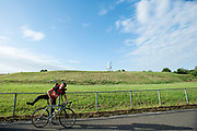 Een koerier gaat van start. In Nieuwegein wordt het NK Fietskoerieren gehouden. Fietskoeriers uit Nederland strijden om de titel door op een parcours het snelst zoveel mogelijk stempels te halen en lading weg te brengen. Daarbij moeten ze een slimme route kiezen.<br /> <br /> A messenger starts his race. In Nieuwegein bike messengers battle for the Open Dutch Bicycle Messenger Championship.