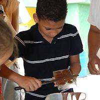 Niño visitante en el paseo ¨La Ruta del Chocolate¨ realiza sus propios chocolates en la fabrica ¨Chocolate La Flor de Birongo¨ en la población de Birongo, Edo. Miranda. Venezuela