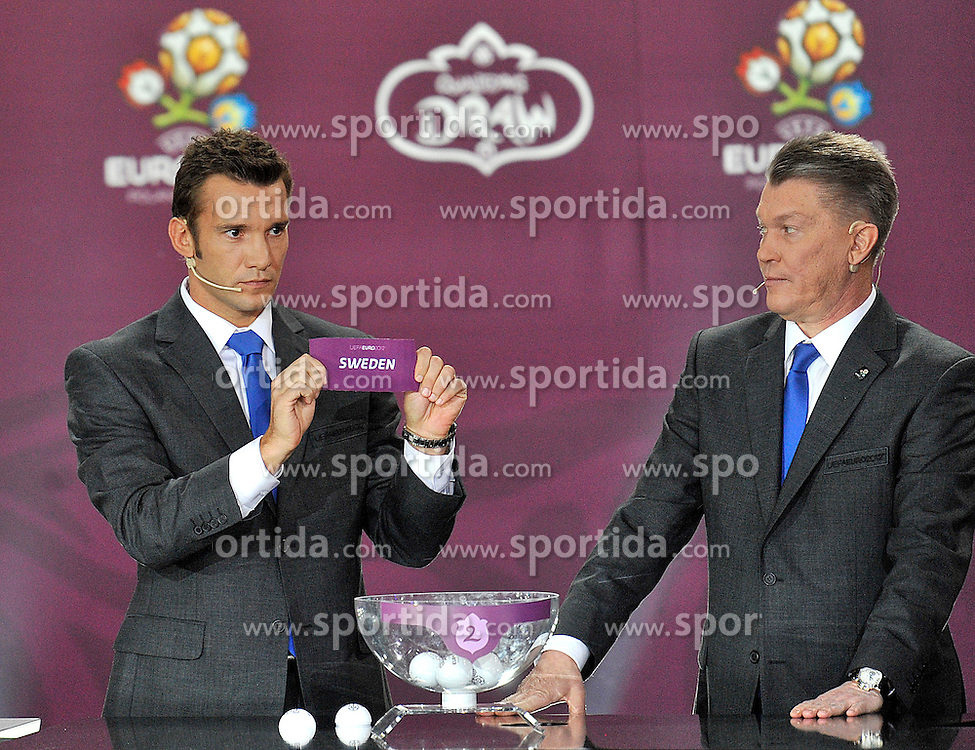 (L) ANDRIY SCHEVCHENKO AND (R) OLEG BLOCHIN (BOTH UKRAINE) SHOW THE TICKET OF SWEDEN DURING THE EUFA EURO 2012 QUALIFYING DRAW IN PALACE SCIENCE AND CULTURE IN WARSAW, POLAND..THE 2012 EUROPEAN SOCCER CHAMPIONSHIP WILL BE HOSTED BY POLAND AND UKRAINE...WARSAW, POLAND , FEBRUARY 07, 2010..( PHOTO BY ADAM NURKIEWICZ / MEDIASPORT / SPORTIDA.COM ).