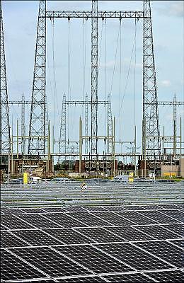 Nederland, Nijmegen, 5-8-2015Op het terrein van de kolengestookte elektriciteitscentrale van gdf-suez wordt een veld vol zonnepanelen geplaatst en vormt een energiecentrale die stroom opwekt. De oude centrale zal vanaf begin 2016 afgekoppeld worden en gesloopt. De eigenaar gdf-suez wil aan de locatie een groene energiebestemming geven. Zonnecentrale, Field of solar panels create electricity. Foto: Flip Franssen/Hollandse Hoogte
