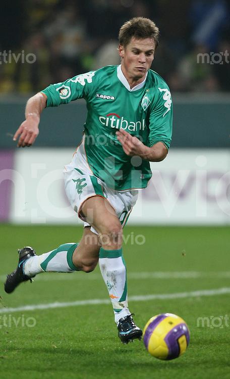 Fussball   DFB POKAL    Achtelfinale   Saison 2007/2008       Borussia Dortmund  2-1  SV Werder Bremen                 29.01.2008 Markus ROSENBERG (Bremen) am Ball