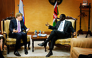 Caption OL DONYO NYOIKE - Prins Willem-Alexander ontmoet de Masai in het dorpje Ol Donyo Nyoike tijdens een veldbezoek aan een project van AMREF Flying Doctors. De prins is in Kenia voor een vergadering van UNSGAB, de Adviesraad van de Secretaris-Generaal van de Verenigde Naties voor water en sanitatie.