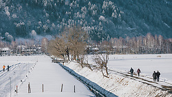 THEMENBILD - Spaziergänger und Langläufer genießen das sonnige Winterwetter in der frisch verschneiten Landschaft, aufgenommen am 06. Februar 2020 in Zell am See, Oesterreich // Walkers and cross-country skiers enjoy the sunny winter weather in the fresh snow-covered landscape, in Zell am See, Austria on 2020/02/06. EXPA Pictures © 2020, PhotoCredit: EXPA/Stefanie Oberhauser