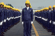"""Daewoo  motors at Inchon (near Seoul). Workers during an opening ceremony. ), produces cars with GM built in Korea and sold mainly in U.S. Ouvriers des usines DAEWOO MOTORS"""" a INCHON ///R27/2    L2567  /  R00027  /  P0003465"""