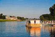 Personenfähre auf der Elbe, Pillnitz, Dresden, Sachsen, Deutschland.|.passenger ferry on river Elbe, Pillinitz, Dresden, Germany