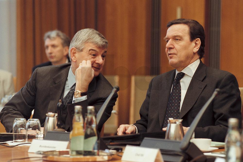 10 JAN 2001, BERLIN/GERMANY:<br /> Joschka Fischer, B90/Gruene, Bundesaussenminister, und Gerhard Schroeder, SPD, Bundeskanzler, im Gespraech, vor Beginn der Kabinettsitzung, Bundeskanzleramt<br /> IMAGE: 20010110-01/01-25<br /> KEYWORDS: Gerhard Schröder, Kabinett, Gespräch