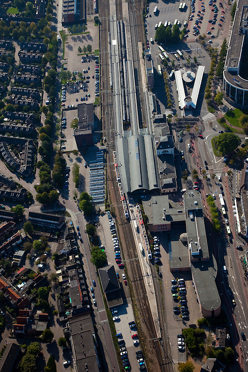 Nederland, Friesland, Leeuwarden, 08-09-2009; Treinstation Leeuwarden met overkappingen van het station en stationsgebied.Leeuwarden Train Station with roofs of the station area.Luchtfoto (toeslag); aerial photo (additional fee required); .foto Siebe Swart / photo Siebe Swart
