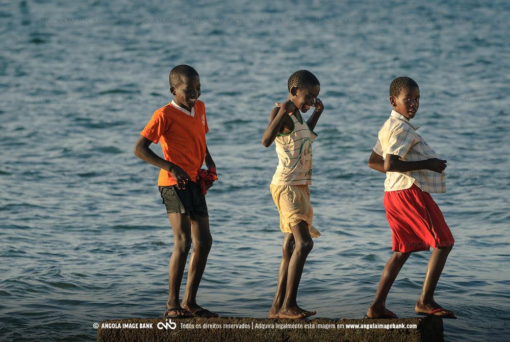 Crianças a brincarem nas praias da baía do Mussulo perto de Luanda. Angola