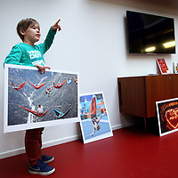 Nederland, Amsterdam , 14 dcember 2014.<br /> De kinderjury tijdens de jurering van de Kindernieuwsfoto 2014 op de redactie van Kidsweek, 7 Days.<br /> Foto:Jean-Pierre Jans