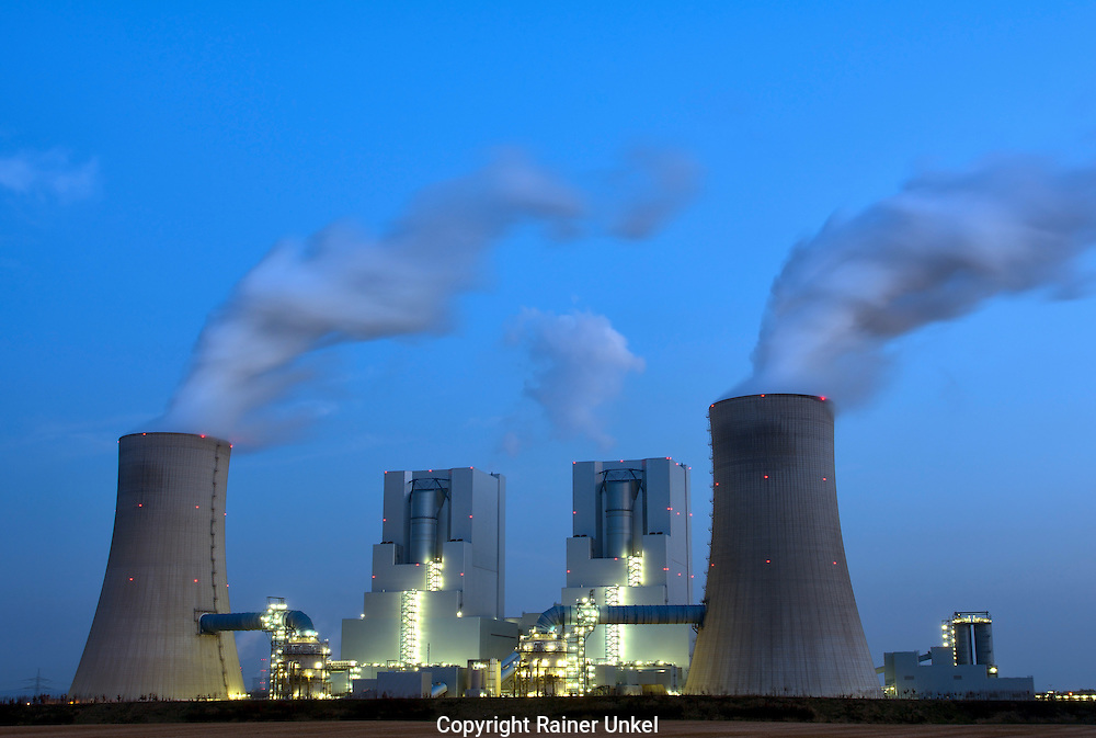 DEU , DEUTSCHLAND : Das Braunkohlekraftwerk Neurath II der RWE AG <br />