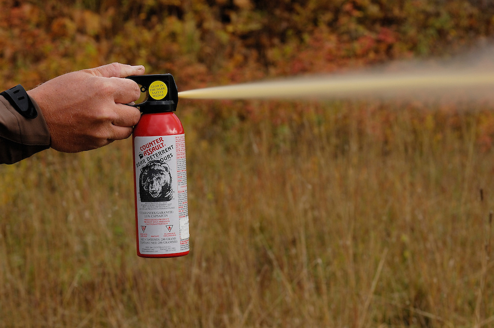Man uses bear spray for protection against bears<br /> ---<br /> Mann bruker bj&oslash;rnespray som forsvar mot bj&oslash;rn