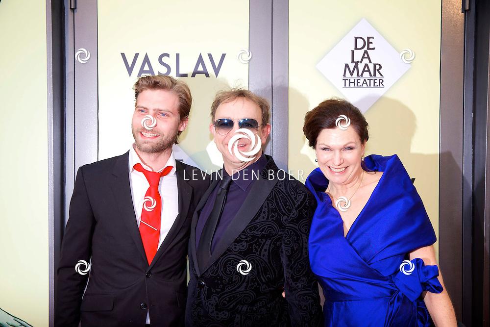 AMSTERDAM - Het toneelstuk Vaslav is in premiere gegaan in theater DeLaMar.  Jon van Eerd (midden) en Liz Snoijink (rechts) op de rode loper. FOTO LEVIN DEN BOER - PERSFOTO.NU
