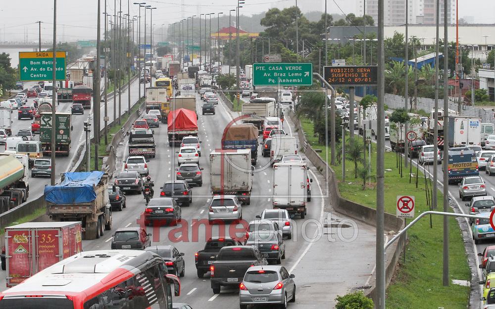 SP- MARGINAL TIETE/TRÂNSITO - GERAL - Vista da Ponte Julio de Mesquita com trânsito intenso de veículos e chuva na Marginal do Tiete sentido Bom Retiro e Av do Estado na tarde desta terça-feira (23) - FOTO MARCELO D'SANTS/FRAME