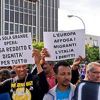 Migranti sgomberati manifestano davanti al municipio