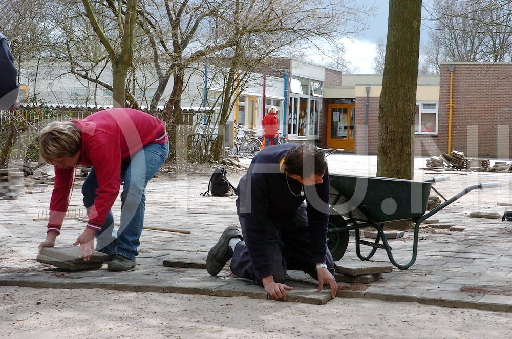 060410, dalfsen, ned,<br /> Leelringen van de Groene Welle zijn bezig met hun schoolprojet bij de Bonte Stegge waar ze het schoolplein opknappen,<br /> fotografie frank uijlenbroek&copy;2006 michiel van de velde