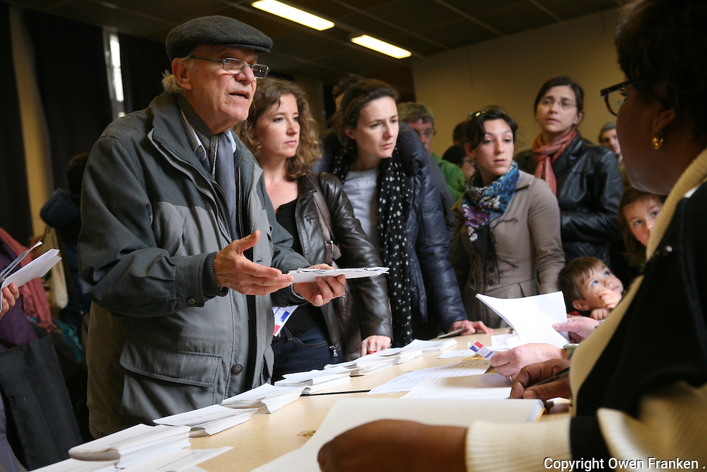 voting for President of France in Paris 19e arrondissement - among ten candidates