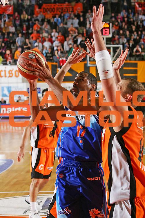 DESCRIZIONE : Udine Lega A1 2005-06 Snaidero Udine Vertical Vision Cantu <br /> GIOCATORE : Collins <br /> SQUADRA : Vertical Vision Cantu <br /> EVENTO : Campionato Lega A1 2005-2006 <br /> GARA : Snaidero Udine Vertical Vision Cantu <br /> DATA : 05/02/2006 <br /> CATEGORIA : Tiro <br /> SPORT : Pallacanestro <br /> AUTORE : Agenzia Ciamillo-Castoria/S.Silvestri <br /> Galleria : Lega Basket A1 2005-2006 <br /> Fotonotizia : Udine Campionato Italiano Lega A1 2005-2006 Snaidero Udine Vertical Vision Cantu <br /> Predefinita :