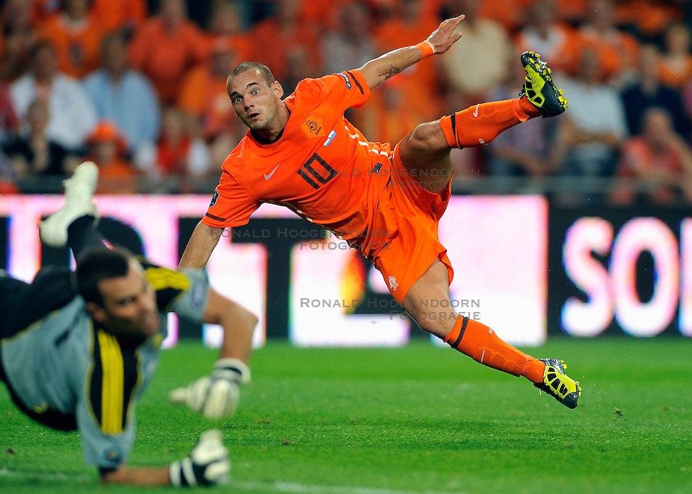 02-09-2011 VOETBAL: NEDERLAND - SAN MARINO: EINDHOVEN<br /> Nederland wint met 11-0 van San Marino / Wesley Sneijder scores the 10-0<br /> &copy;2011-FotoHoogendoorn.nl