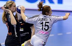 08-12-2013 HANDBAL: WERELD KAMPIOENSCHAP ZUID KOREA - NEDERLAND: BELGRADO <br /> 21st Women s Handball World Championship Belgrade / Nederland krijgt de bal op de neus gedrukt. Na de grote overwinning op zaterdag werd er nu met 29-26 van Korea verloren. / Kelly Dulfer durft  JUNG Yu Ra niet te stoppen<br /> ©2013-WWW.FOTOHOOGENDOORN.NL