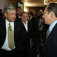Queretaro, Qro.- El jefe de gobierno del D.F. Andres Manuel Lopez Obrador saluda a Leonel Godoy al termino de la ceremonia inaugural de la I Convencion nacional Hacendaria en la ciudad de Queretaro el 5 de Febrero de 2004. Agencia MVT / Mario Vazquez de la Torre.