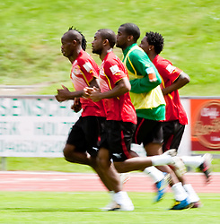 21.05.2010, Dolomitenstadion, Lienz, AUT, WM Vorbereitung, Kamerun Training im Bild feature Wischer, Laufeinheit, EXPA Pictures © 2010, PhotoCredit: EXPA/ J. Feichter / SPORTIDA PHOTO AGENCY