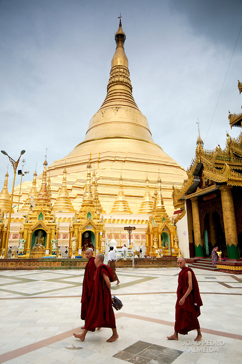 Group of monks at Swhedagon pagoda