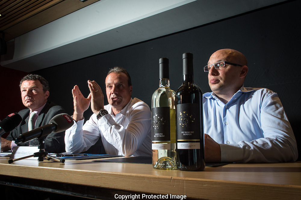 Conference de presse chez Ch&acirc;teau Constellation /Ex Giroud vins, le 23 juin 2014 avec Stephanne Puschmann, Charles Albert Fumeaux et Claude Thiery, en premier plan, les bouteilles avec les nouvelles &eacute;tiquettes.<br /> <br />  (PHOTO-GENIC.CH/ OLIVIER MAIRE)