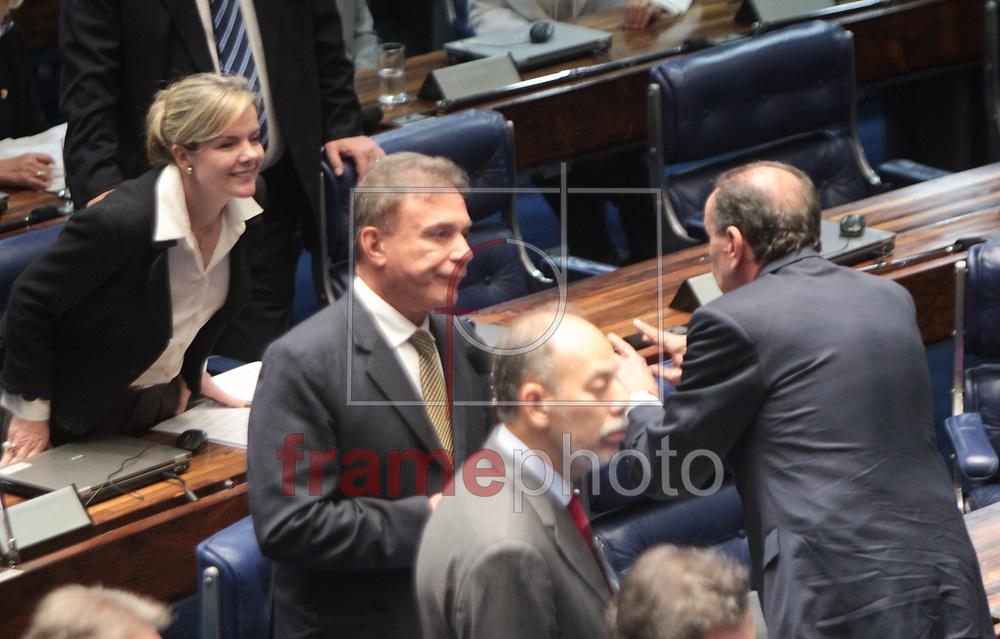 Brasilia, 01/04/2014. Senadora Gleisi Hoffman e Senador Aloisio Nunes Ferreira conversam, durante a leitura da instalacao da CPI da Petrobras, no plenario do senado.Foto: Joel Rodrigues/FRAME