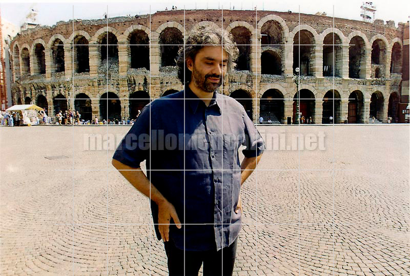 Verona, August 16, 2000. Pop singer-tenor Andrea Bocelli in front of Verona Arena, where in the evening he will perform Verdi's Requiem Mass / Verona, 16 agosto 2000. Il cantante Andrea Bocelli davantio all'Arena di Verona, dove si esibirà la sera stessa nella Messa da Requiem di Verdi - © Marcello Mencarini