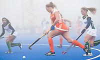 ARNHEM - Hockey. Kitty van Male woensdag tijdens de oefeninterland in dichte mist tegen Zuid Afrika. FOTO KOEN SUYK