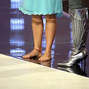 NLD/Hilversum/20070316 - 2e Live uitzending SBS So You Wannabe a Popstar, Monique van der Werff blote voeten met een touwtje om haar enkel