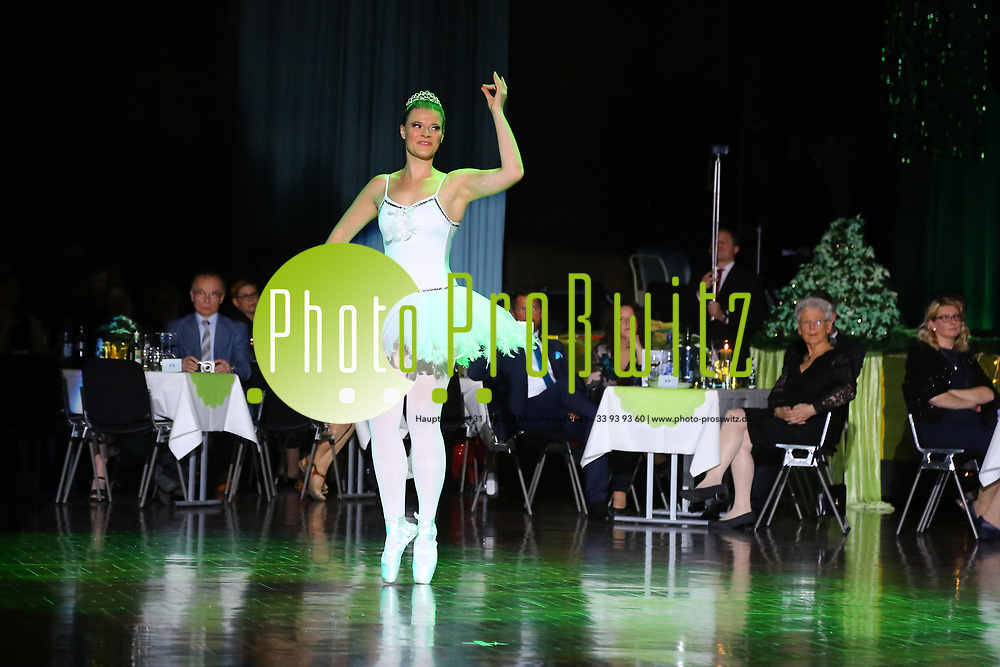 Ludwigshafen. 02.12.17   <br /> Pfalzbau. Gala-Ball von Tanz-Art Formacon. Wiener Opernballeröffnung unserer Debütanten, ca. 60 Jugendpaare ziehen in den festlich Ballsaal ein und vertanzen 3 Touren der Francaise. Passend zum Wiener Opernballthema alle Damen mit hellen Kleidern und Diadem im Haar, alle Herren mit weissen Handschuhen. <br /> Bild: Markus Prosswitz 02DEC17 / masterpress (Bild ist honorarpflichtig - No Model Release!) <br /> BILD- ID 03405  