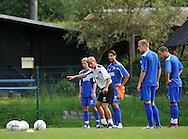 06-08-2008 Voetbal:Maikel Aerts:Bad-Schandau:Duitsland<br /> Willem II is in Oost Duitsland in Bad-Schandau voor een trainingskamp.<br /> Andries Jonker tijdens de training terwijl Van Dinter, Mourad, Janse en Gregoire luisteren<br /> foto: Geert van Erven